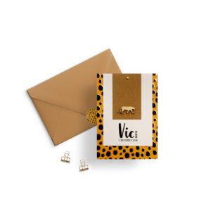 Geboortekaartje jongen meisje cheetah print oker geel zwart goud goudfolie hout labelkaartje